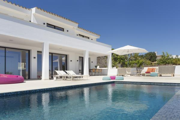 Renovated villa with spectacular golf and sea views